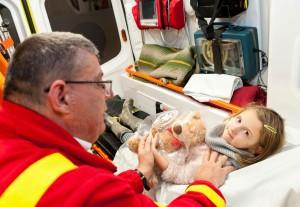 Plüssmaci gyűjtés mentőautókba