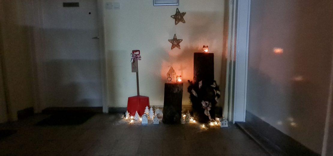 Karácsonyi lépcsőház sötétedés után